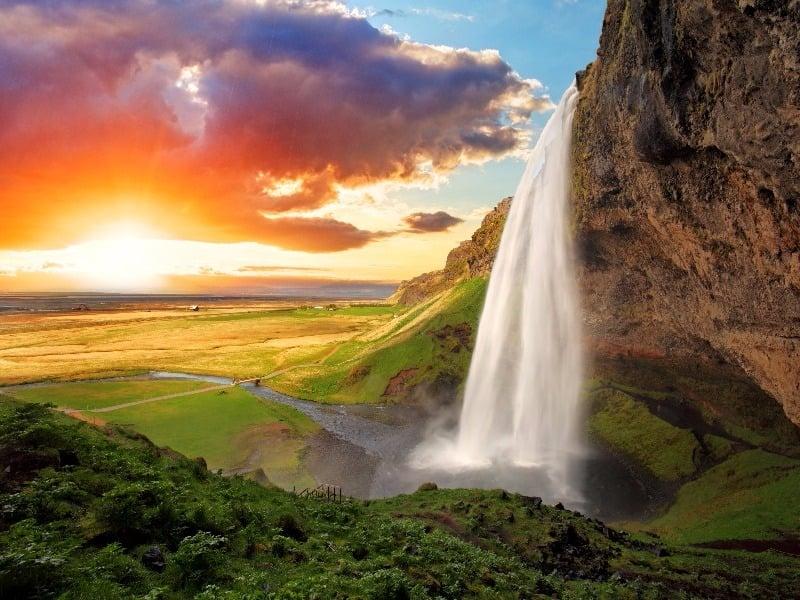 Lever du soleil à la cascade de Seljalandsfoss, Islande