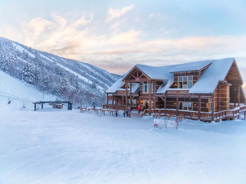 Snow and lodge at Cherry Peak
