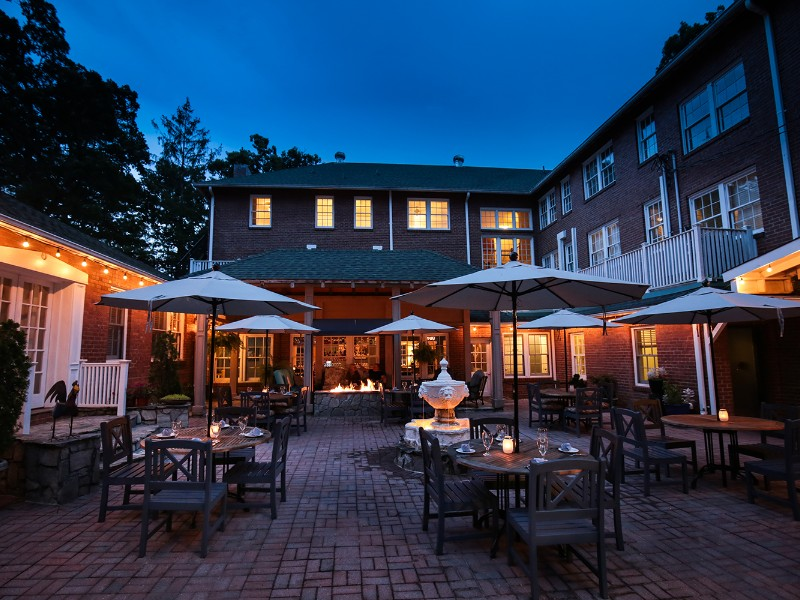 The Monte Vista Hotel has an on-site bar and restaurant that serves new Southern cuisine.