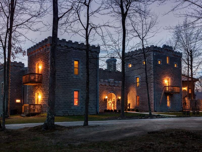 Ravenwood Castle, New Plymouth, Ohio