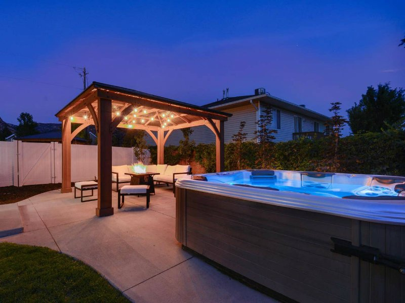 Private Hot Tub + Fireplace + Covered Patio + 75
