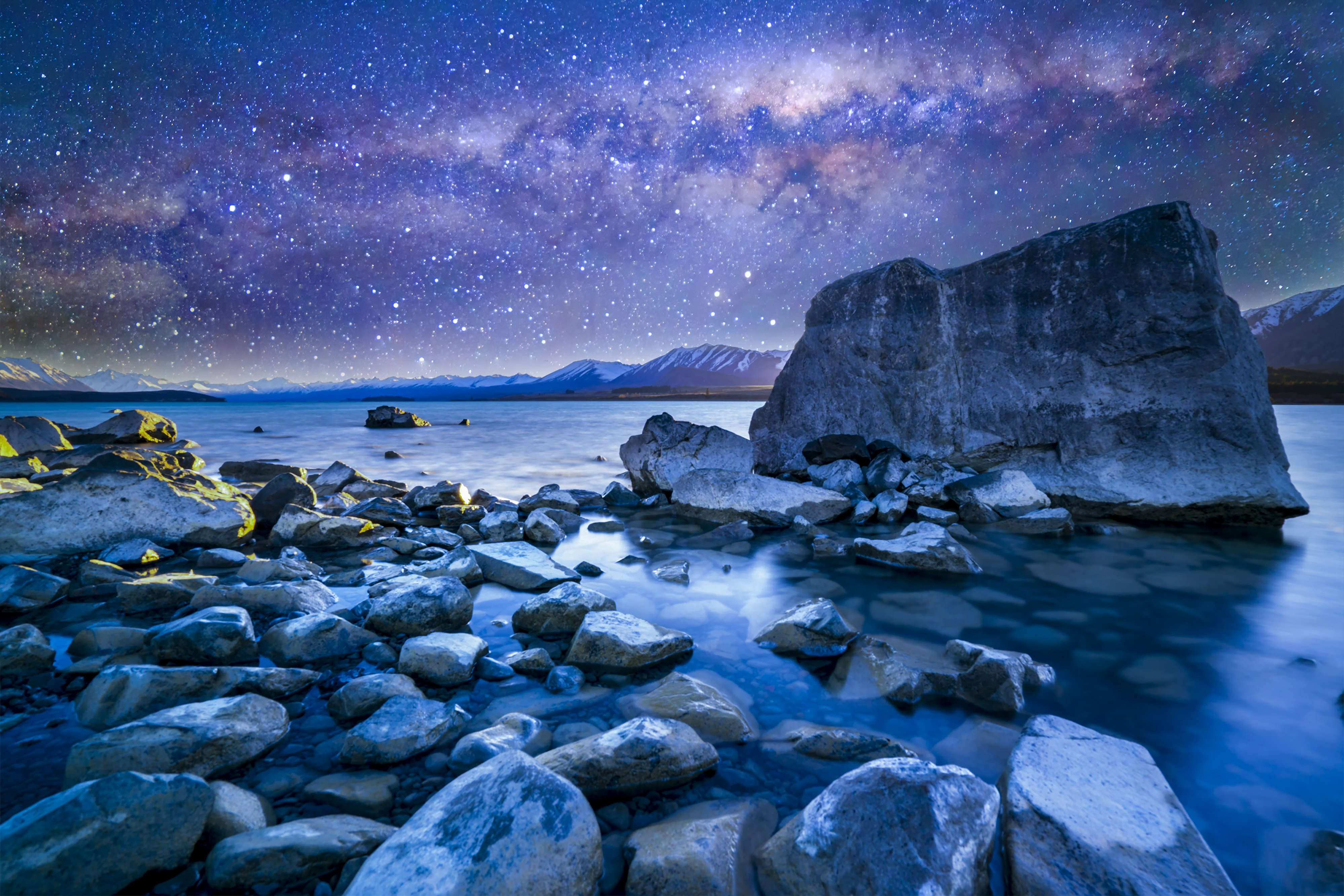 Tekapo Lake with milkyway in the background