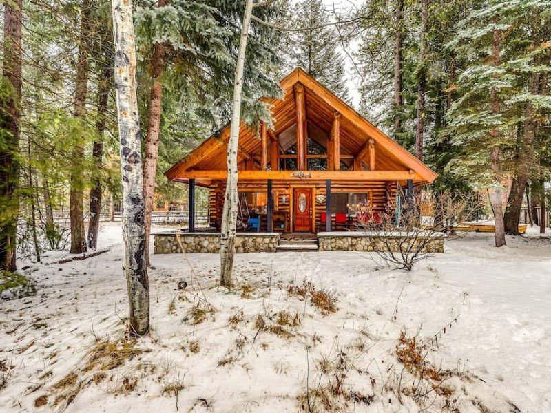 Lovely cabin w/fireplace, firepit & deck-walk everywhere