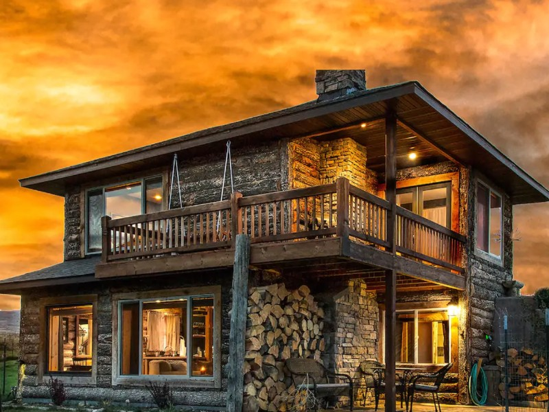 Romantic Cabin with Mountain View, Hot Tub and Fireplace, Livingston, Montana