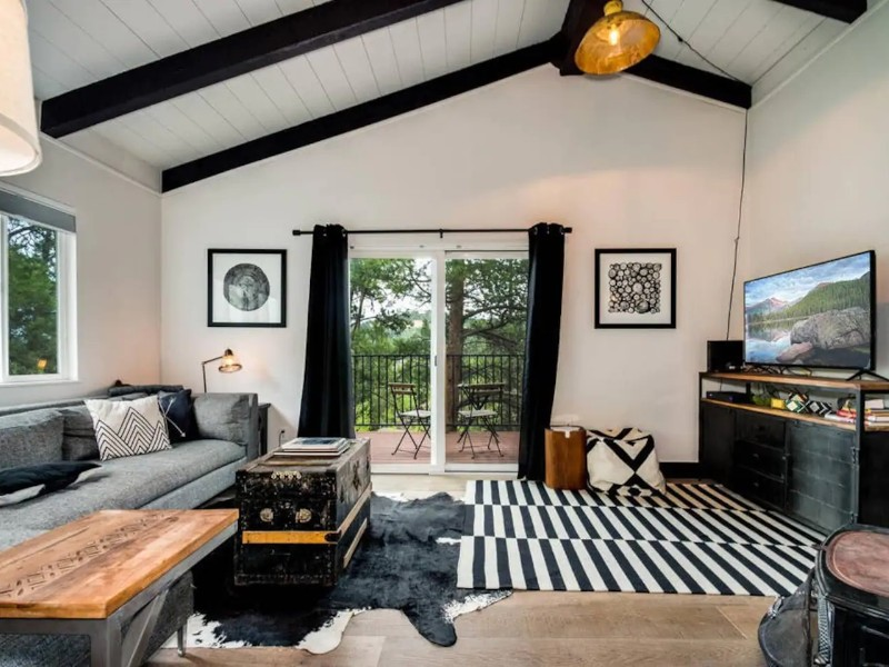 Stylish 2 Bedroom in the Trees