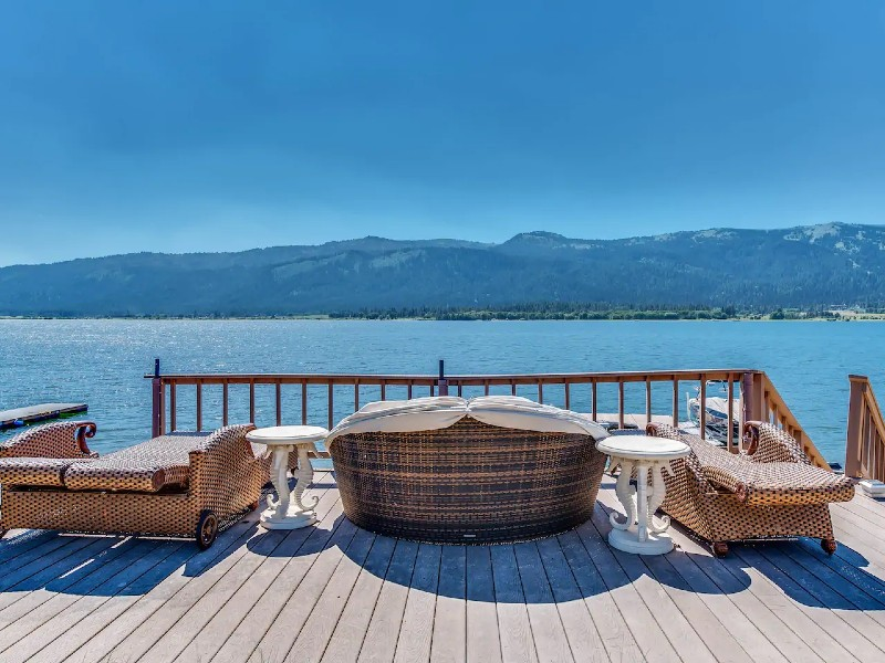 Spacious lakefront home w/private docks