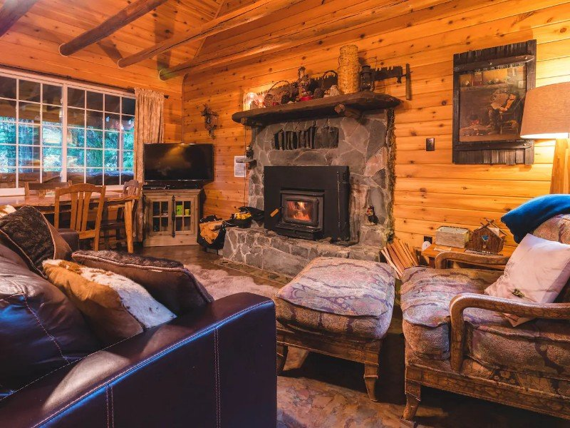 Wonderful Cabin with Hot Tub & Fireplace