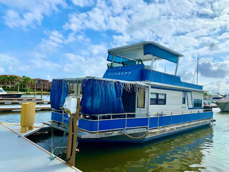 Dock at Feel the Harmony with our Cozy Houseboat