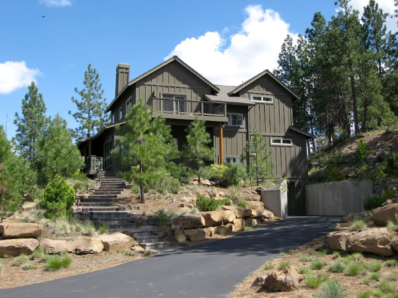 RiverWild Retreat-beautiful home overlooking the river- minutes to it all
