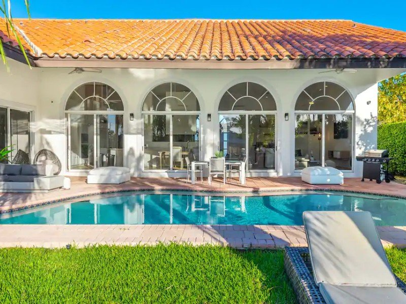 Miami Waterfront Mansion for 12, with Heated Pool & Dock