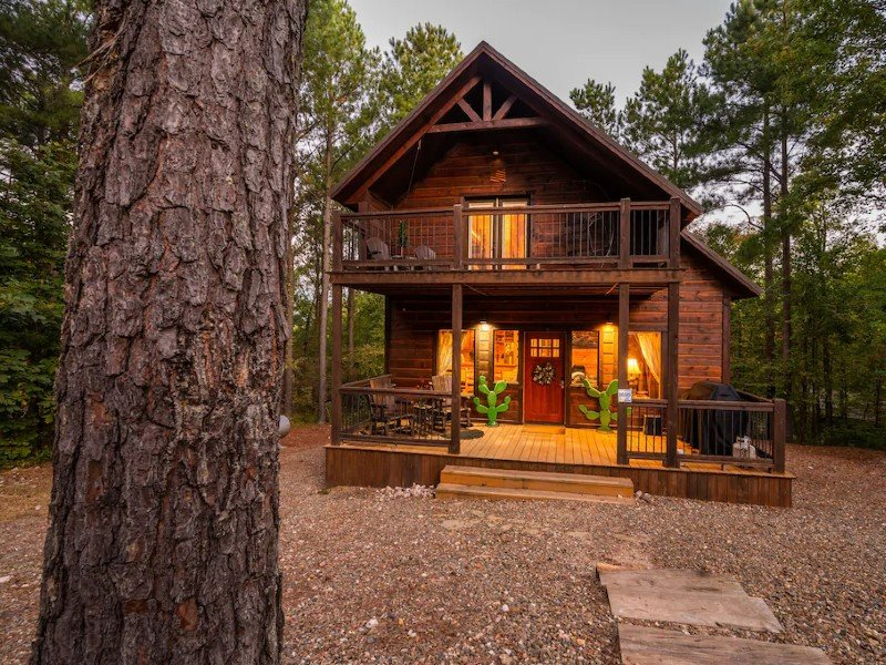 Built in 2018 Private, ROMANTIC yet family friendly, within mins of town/lake