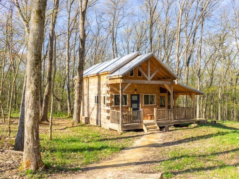 Rustic luxury in private log cabin near Viroqua