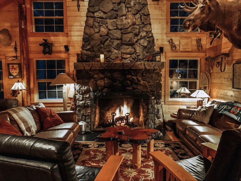 Cozy, luxury cabin, on 2 flowing creeks w/ log gazebo.