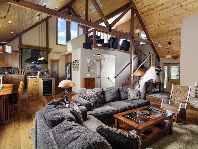 Luxurious Mountain Cabin with Jacuzzi