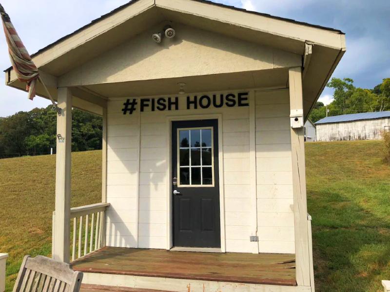 Tinyhouse - Fishhouse on our 2 acre Catfish Pond Sleeps 3 - Enjoy farm glamping