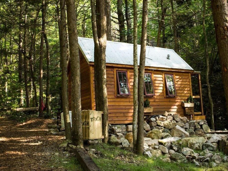 Cozy,Tiny cabin with Comfort tucked away in forest by the water with own Hot Tub