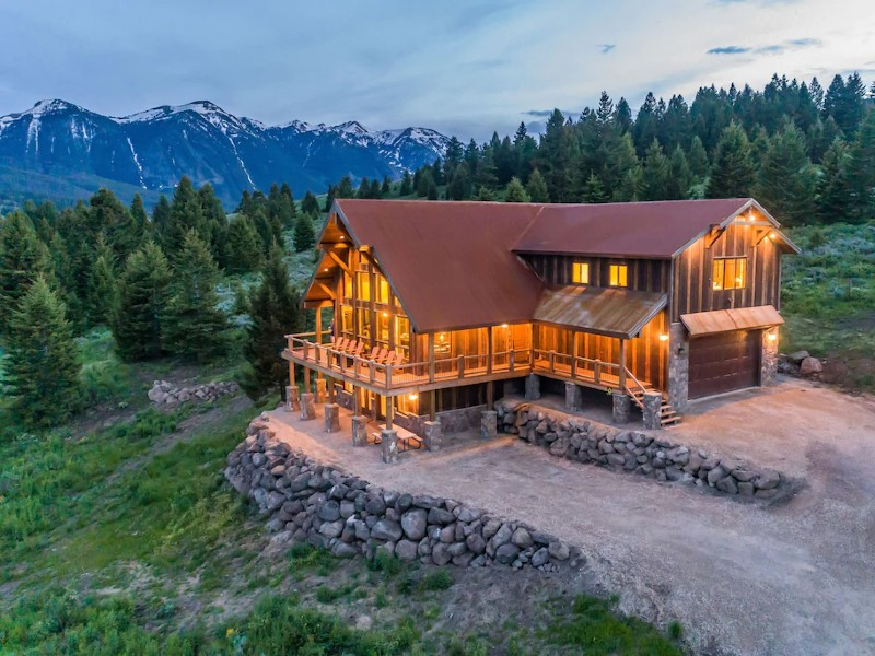 Soaring Eagle Lodge is Spacious with Stunning Views