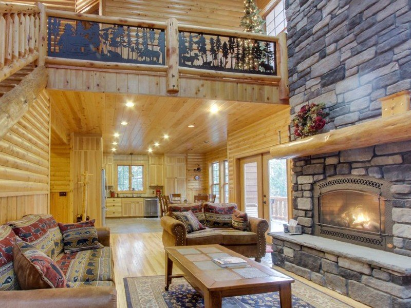 Spacious lodge for eight w/ a private deck