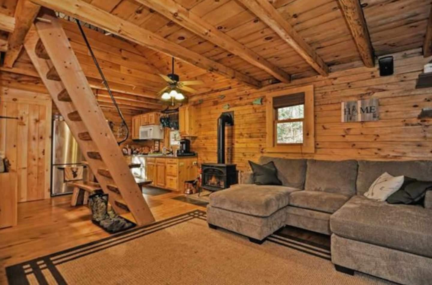 Adorable Log Cabin in Small NH Town