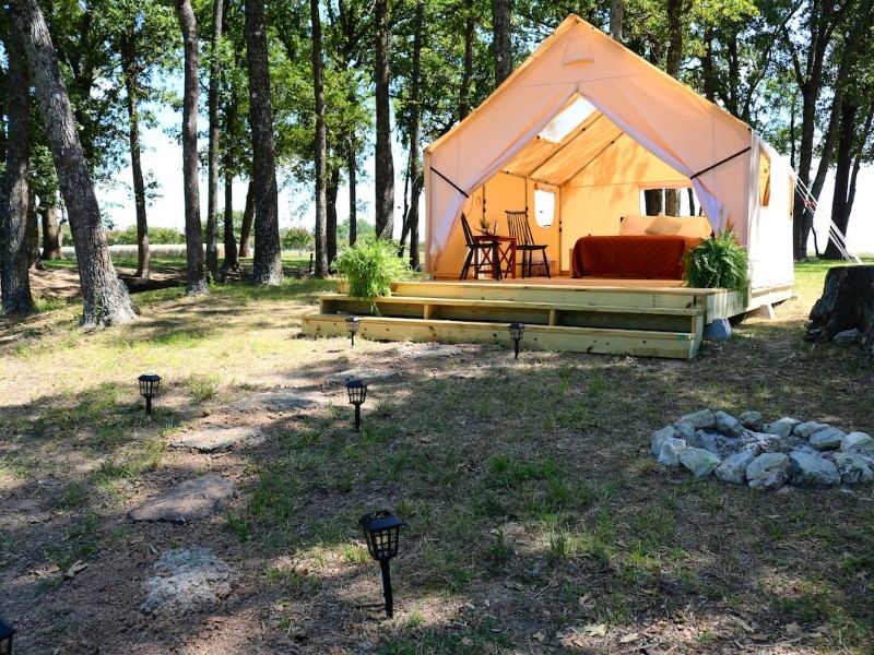 Sunny day at Wood Guest Ranch, Waterfront Glamping